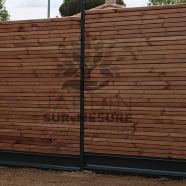 Clôture lames à emboitement en bois, soubassement et poteaux en aluminium